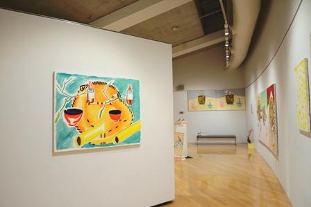 7c382b0d0f 田岡さんは、完成した一枚のキャンバスではなく、描く前の画材選びから展示空間にすべての作品を配置するところまでを含んで一つの作品ととらえています。